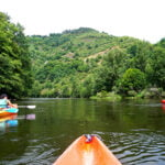 Kayak au domaine du lac de soursac pendant les vacances d'été