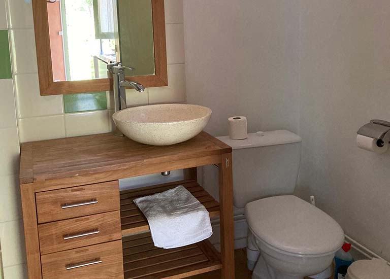 Salle de bain gîte domaine du lac de soursac corrèze
