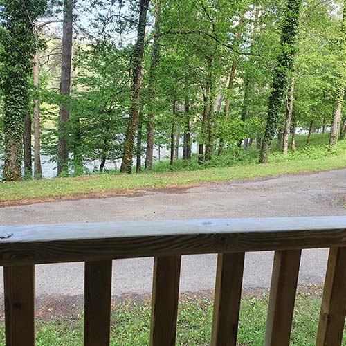 Vue face au lac depuis un cottage du domaine du lac de soursac
