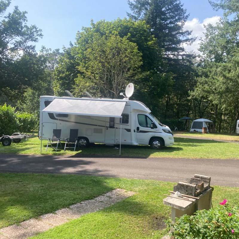 Emplacement camping car au Domaine du lac de Soursac, Corrèze